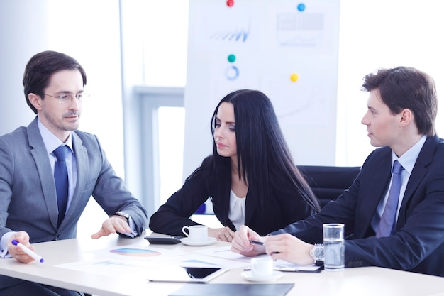 회의 중에 재무 보고서를 논의하는 기업들