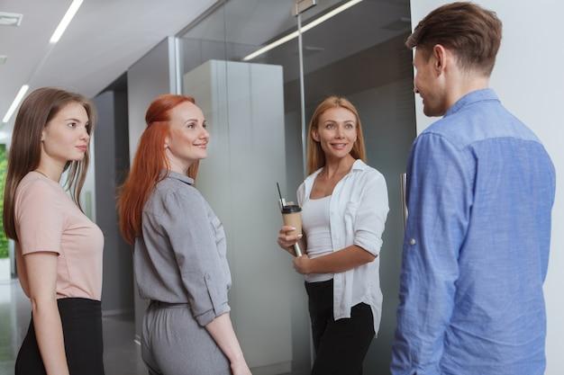 アイデアを議論するビジネス人々