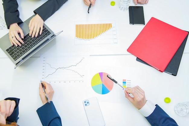 회의실에서 논의하는 기업들