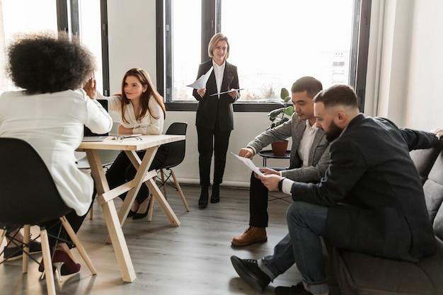 会議で議論するビジネス人々