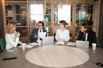 エグゼクティブチーム会議で新しいデザインプロジェクトを議論するビジネス人々