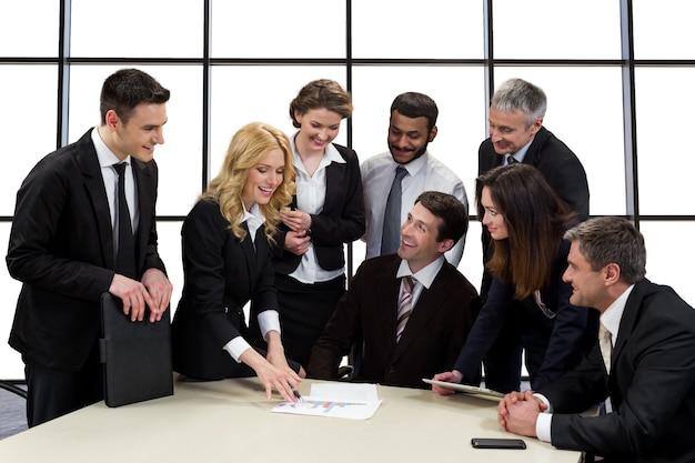 Деловые люди обсуждают бизнес-идею.