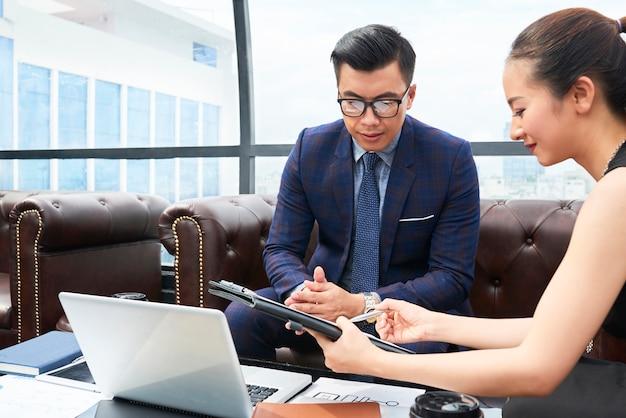 レポートを議論するビジネス人々