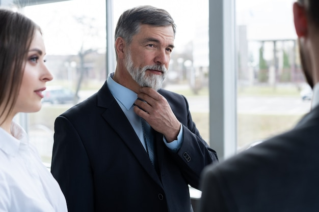 Деловые люди обсуждают работу в современном офисном здании