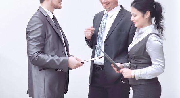 空のオフィスで文書をめぐるビジネスマンの議論