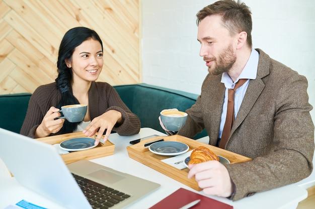 カフェでの会話を楽しむビジネス人々