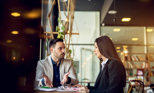 お互いに問題の解決策を説明するビジネスマン。