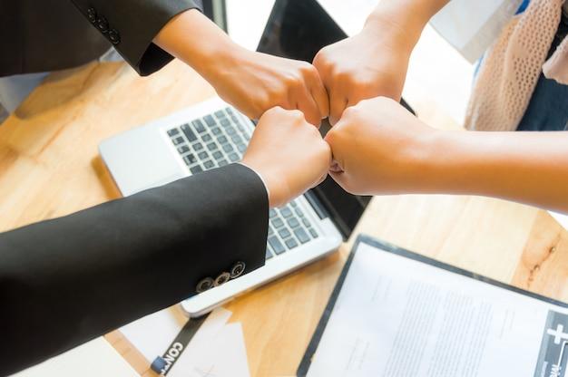 비즈니스 사람들이 주먹 시너지 효과와 팀워크 개념