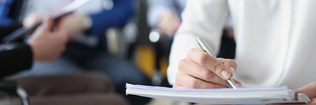 トレーニングのためのビジネスマンはノートに情報を書く