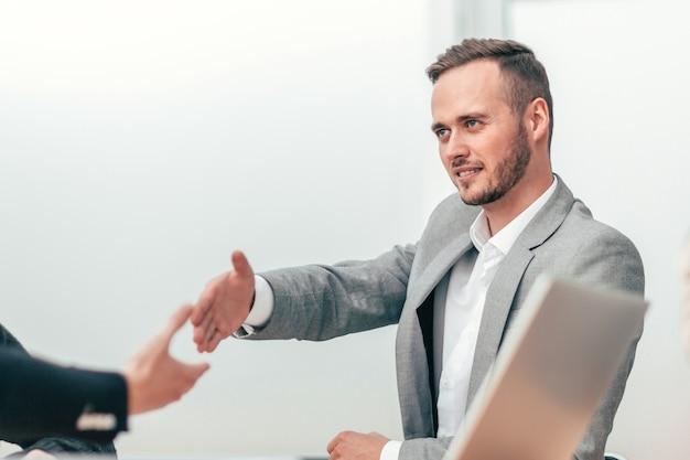 악수와 함께 서로 인사하는 사업 사람들. 비즈니스 개념