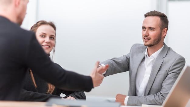 握手でお互いに挨拶するビジネスマン
