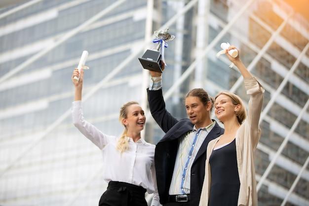 비즈니스 사람들이 손을 흥분으로 제기. 목표를 달성하는 성공적인 기업가 및 사업 사람들