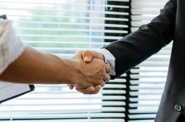 ビジネスマンの握手取引