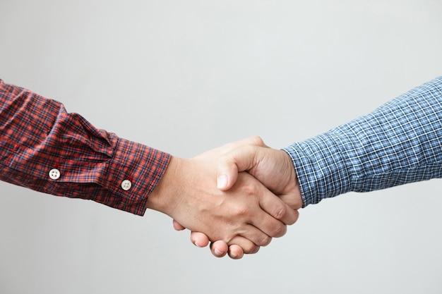 Рукопожатие деловых людей.