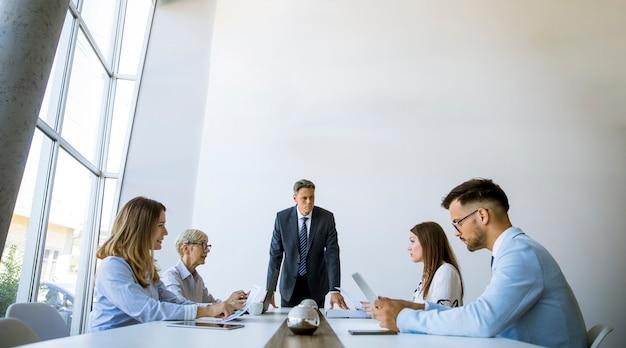 Деловые люди встречаются за столом переговоров в офисе