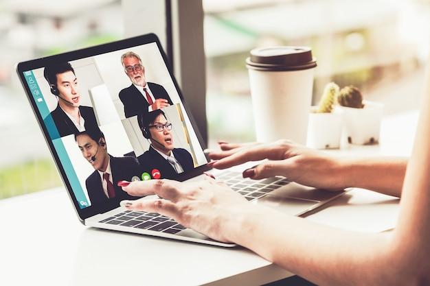 Деловые люди, встречающиеся онлайн