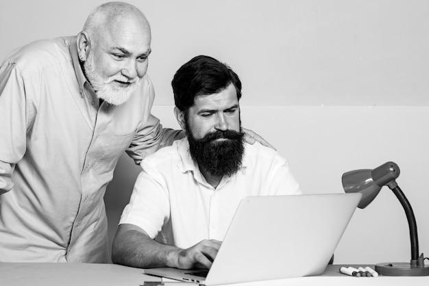 Деловые люди, встречающиеся за столом в современном цветном офисе. два бизнесмена, сидя на