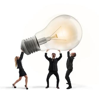ビジネスマンは、新しいアイデアと会社のスタートアップの電球の概念を保持しています