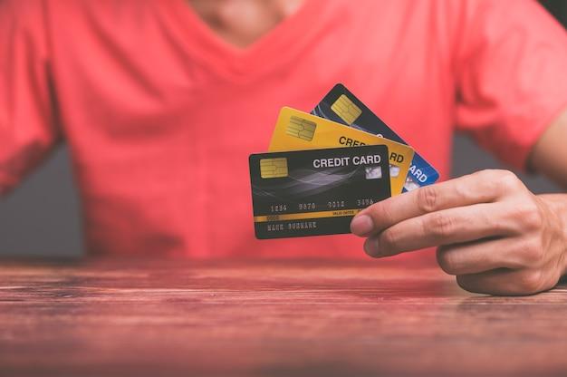 비즈니스 사람들이 신용 카드를 보유