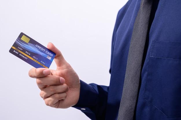 Деловые люди держат кредитные карты