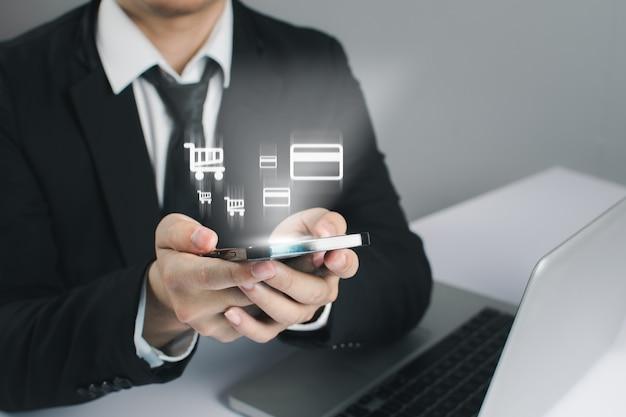 비즈니스 사람들이 스마트 폰 및 온라인 쇼핑 개념을 개최합니다.