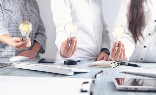 電球を持っているビジネスマン。アイディア。チームワーク