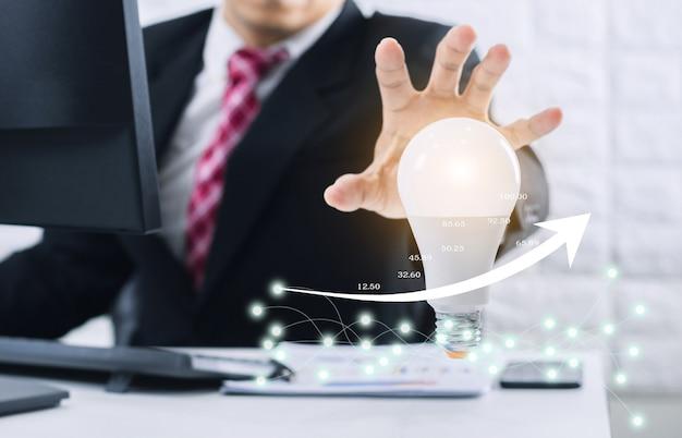 비즈니스 사람들이 아이디어와 이익을 창출하는 개념.