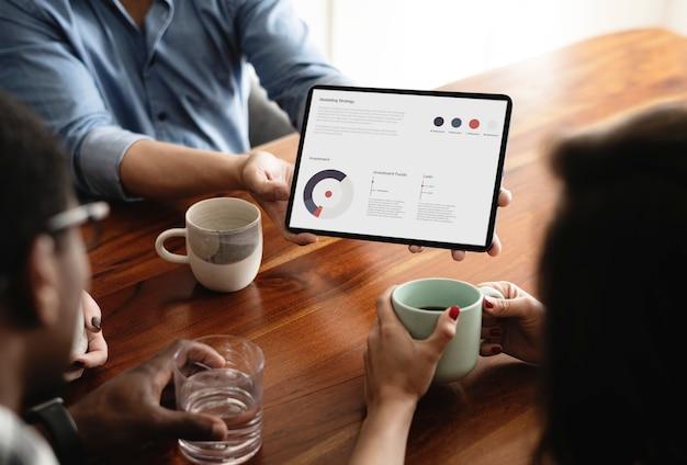 디지털 태블릿을 사용하여 회의에서 비즈니스 사람들