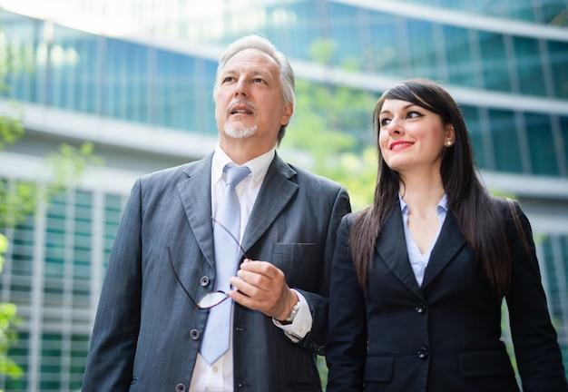 사무실 앞의 사업가들, 팀워크 개념
