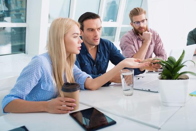 コンピューターを使用してインターネットネットワークに接続しているオフィスのビジネスマン。スタートアップ企業のコンセプト