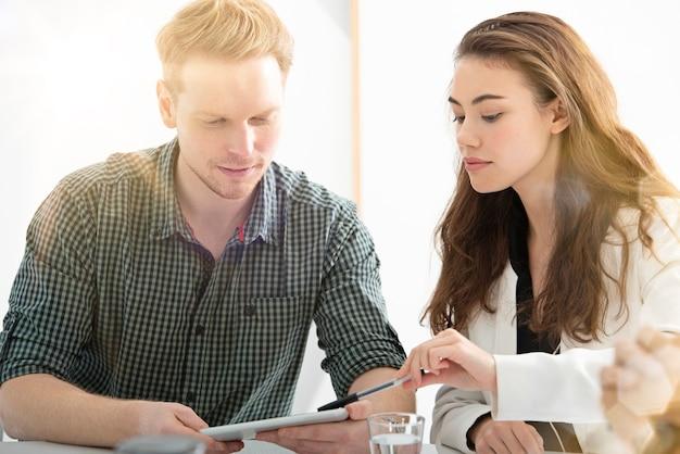 タブレットを使用してインターネットネットワークに接続しているオフィスのビジネスマン。スタートアップ企業のコンセプト