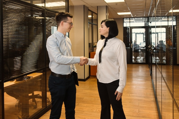 현대 사무실에서 일하러가는 사무실에서 사업 사람들