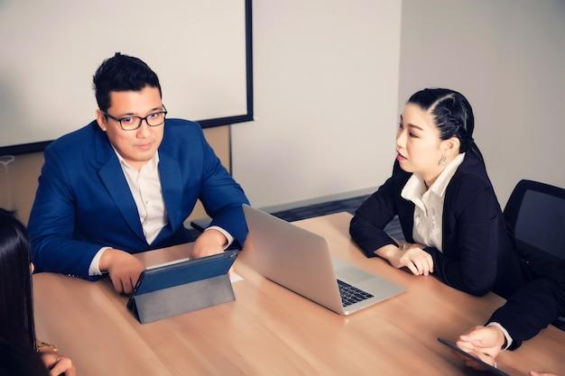 Деловые люди в зале для семинаров. встреча с корпоративным успехом, мозговой штурм, командная работа