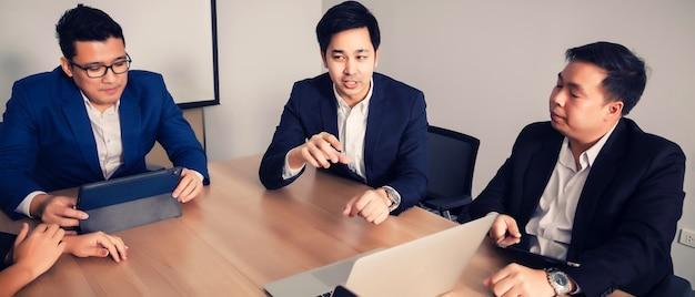 세미나 실에서 사업 사람들. 기업 성공 회의 브레인 스토밍 팀워크