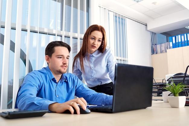 노트북 컴퓨터를 사용하는 사무실에서 사업 사람들