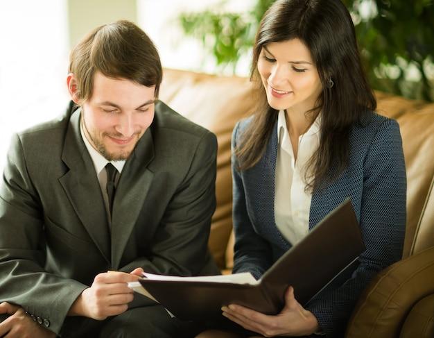 ミーティングで同僚の話を聞いたり話したりするビジネスマン