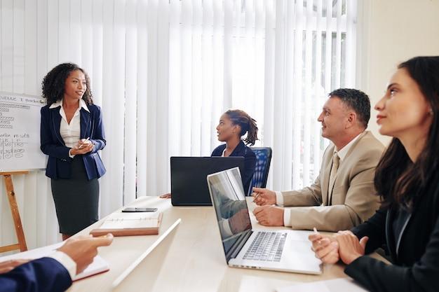 会議で同僚に聞いてビジネス人々