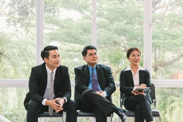 Деловые люди, смотрящие на презентацию о проекте