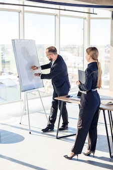 Деловые люди встречаются в офисе и обсуждают совместные бизнес-проекты. концепция делового партнерства.