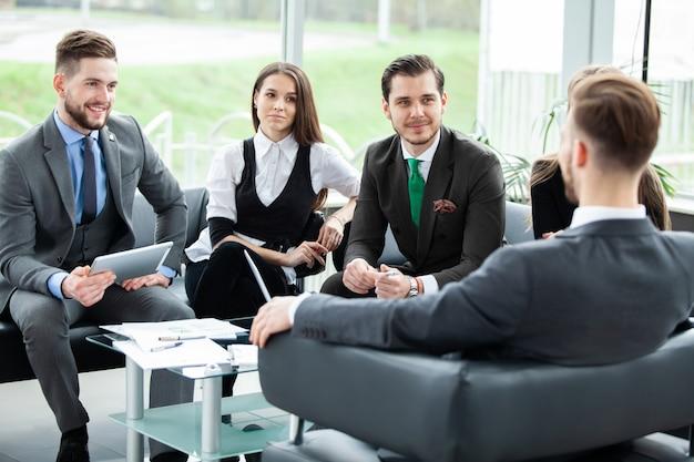 Деловые люди, встречающие конференцию, обсуждение корпоративной концепции.