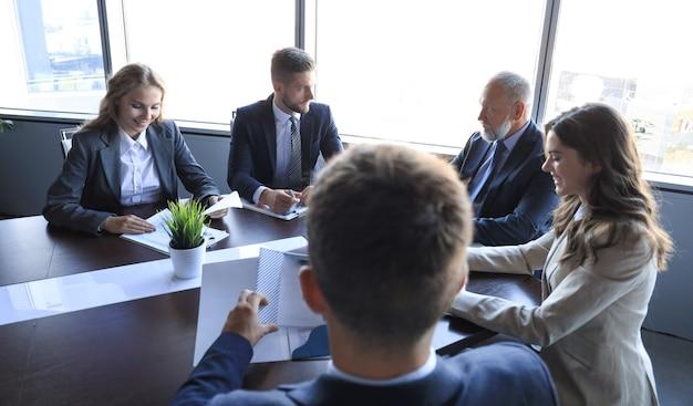 Деловые люди, встречающиеся на конференции, обсуждение корпоративной концепции.