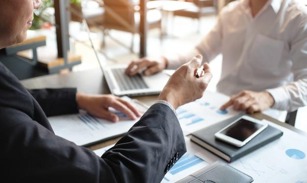 Деловые люди, встречающие дизайнерские идеи, профессиональный инвестор, работающий над новым стартовым проектом. концепция. бизнес планирование в офисе