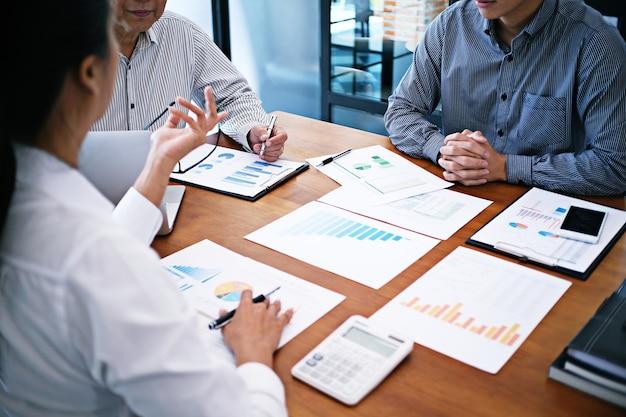 비즈니스 사람들 회의 디자인 아이디어 전문 투자자 작업 새로운 시작 프로젝트. 개념. 사무실에서 사업 계획.
