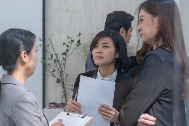 事務室でチームのグループに会うビジネスマン。