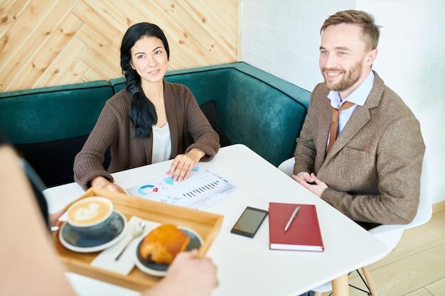 カフェで会うビジネス人々