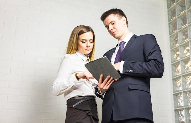 プロジェクトを議論するためにオフィスで会議するビジネス人々。