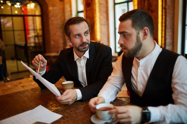 レストランで会うビジネス人々