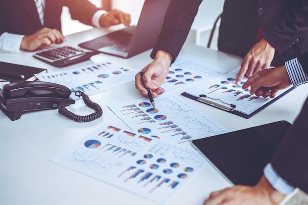 Деловые люди, встречающие группу по совместной работе проекта в офисе, корпоративная концепция профессиональной стратегии.