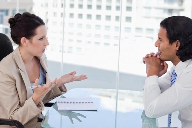 Деловые люди ведут переговоры
