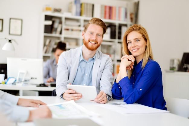 비즈니스 사람들이 사무실 협업 및 일상
